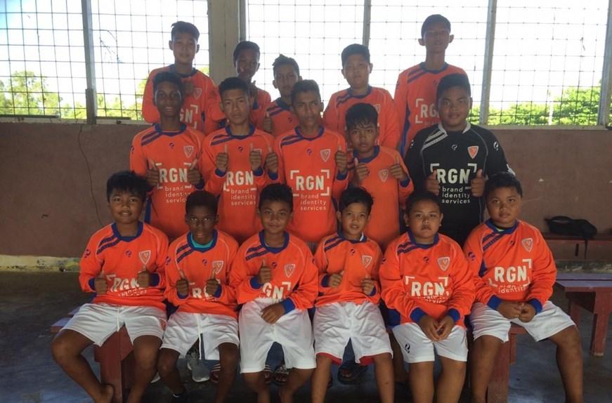 Surinaamse jeugdspelers gehuld in Oranje Nassau-tenue